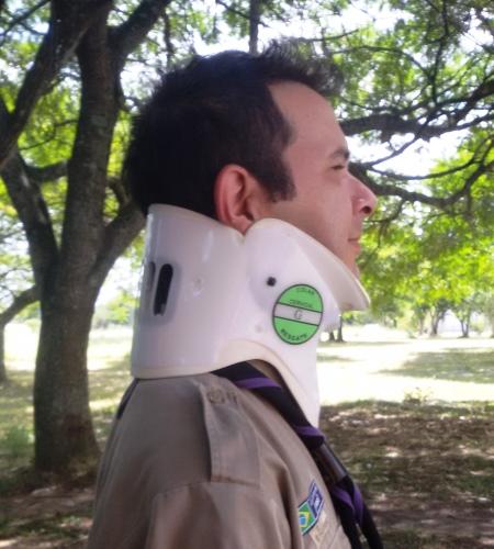 O ideal para fazer a imobilização: Um colar cervical