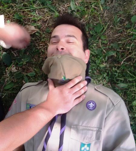 Demostração de como proceder com a vítima deitada